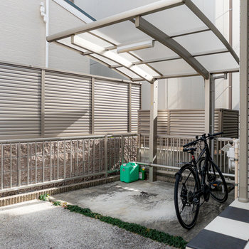 玄関のすぐ近くには屋根付きの駐輪場。
