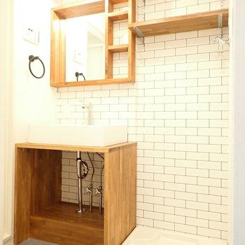 洗面台がかわいい!うしろはタイル模様になっていますよ。