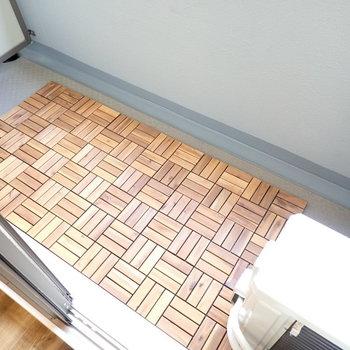 ベランダもぬかりなく。寄木細工風の床です。