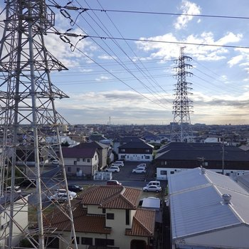 郊外かつ6階からの眺めは爽快!地平線すら見えそう……