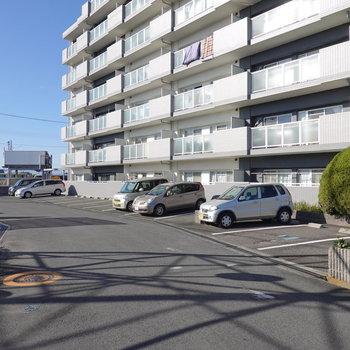 敷地内の駐車場もありますよ。