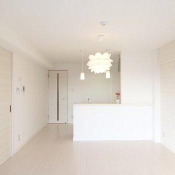淡い色合いの高級感あるアクセントクロスがお部屋に違和感無く馴染みます。