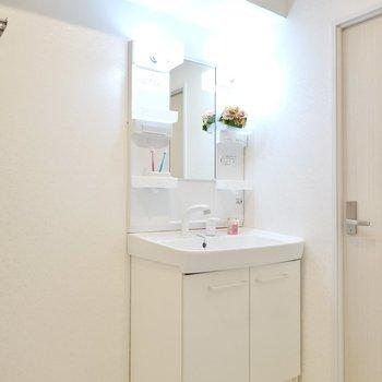 棚付きの洗面台は朝の準備がしやすいシャンプードレッサー!