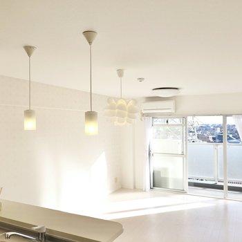 キッチンの上には可愛らしいペンダントライト!リビングの照明を合わせて変えても◎