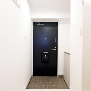 玄関は広く、明るいダウンライトなので帰ってきたときの印象も開放的。