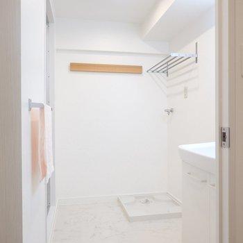 脱衣所はふたりで使える広さ!洗濯機置場の上には棚や長押が……!
