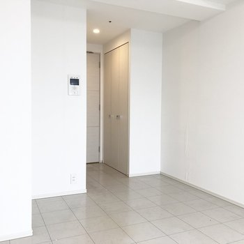 お部屋の収納は入ってすぐ左側に。※写真は13階の同間取り別部屋のものです