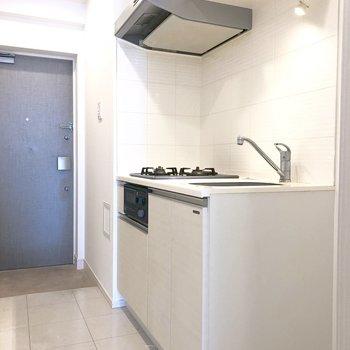 つづいてキッチン。※写真は13階の同間取り別部屋のものです