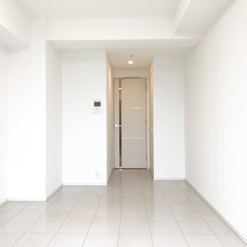 写真左側の壁にはピクチャーレールがついていましたよ。※写真は13階の同間取り別部屋のものです