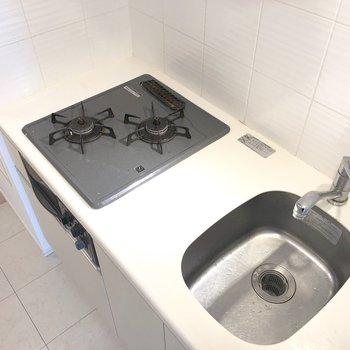 2口コンロの調理台。料理したくなります。※写真は13階の同間取り別部屋のものです