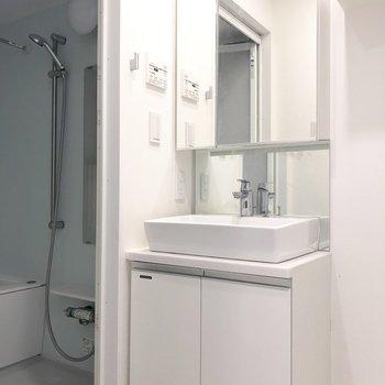 鏡面積大きめの洗面台です。※写真は13階の同間取り別部屋のものです