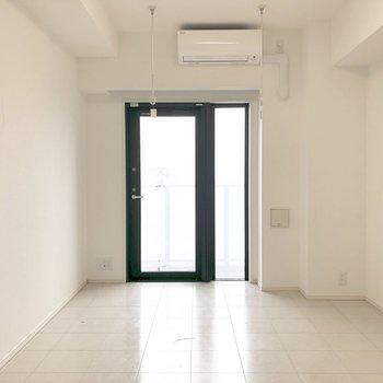 左の窓際にテレビ線がありました。※写真は13階の同間取り別部屋のものです