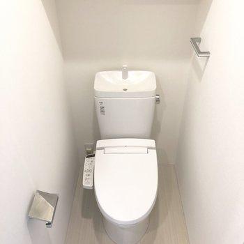 トイレは流すと上から水が出るタイプのもの。すぐ手をすすげます。※写真は13階の同間取り別部屋のものです