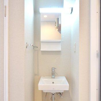 洗面台はとってもミニマル。鏡の裏は収納に!