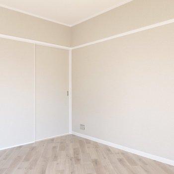 コンパクトなお部屋なので白い家具がオススメ!お部屋が広く感じられますよ。