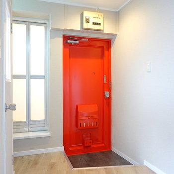 真っ赤な玄関が北欧インテリアのようで◎くすんだ緑の靴箱が似合いそう!