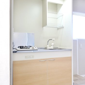 キッチンはコンパクトですが、木目調の扉がお部屋にマッチ。