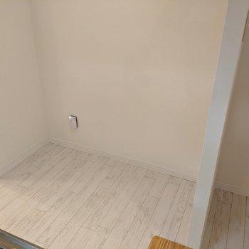 【LDK】キッチン裏側は冷蔵庫、家電を置くスペースがあります。