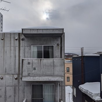 【LDK】正面は隣の建物が見えます。日光は入りそうです。