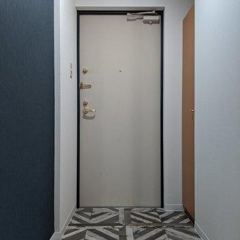 ネイビークロスと幾何学模様の床がオシャレ!