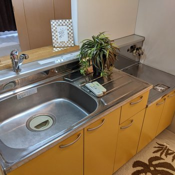 【LDK】広いシンクのキッチン。コンロは持ち込みです。※家具はサンプルです