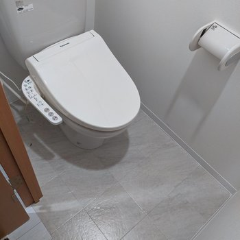 ゆったりとした広さのトイレ。ウォッシュレット付きです。