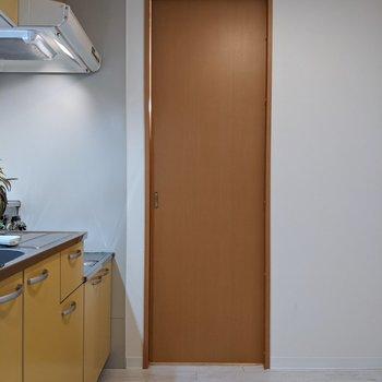 【LDK】キッチンまわりは広め。移動がしやすいですよ。※家具はサンプルです