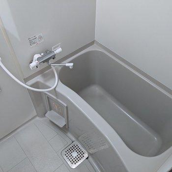足を伸ばして入ることができる浴槽です。