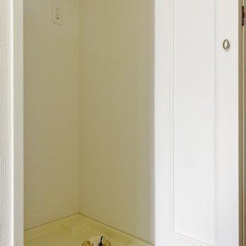 洗濯機は玄関のお隣に。扉で隠せるんです◯