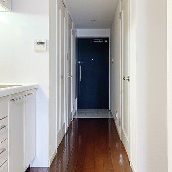廊下へ出ると左にキッチンがお目見え。