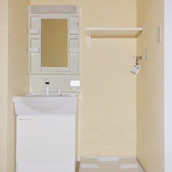 脱衣所も真っ白で清潔感◎棚には洗剤やタオルを置きましょう。(※写真はフラッシュ撮影しています)