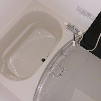 お風呂は黒のアクセントクロスでクールに決めてる!(※写真はフラッシュ撮影しています)