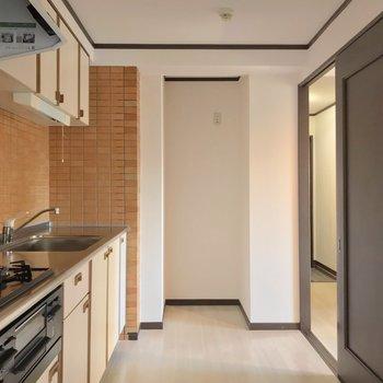 キッチンはゆったりしていてお料理に集中できる空間!奥に冷蔵庫を置いて……
