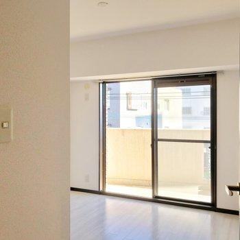玄関側の洋室は手前に柱があって中が見えにくいつくり。