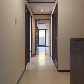 長ーい廊下を抜けてリビングへ。