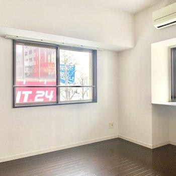 2面採光の明るい洋室です。(※写真は2階の同間取り別部屋のものです)