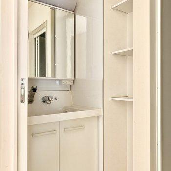 3面鏡の洗面台です!右側の棚は大活躍しそうです。