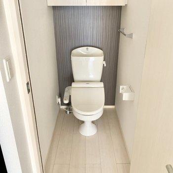 トイレはウォシュレット、上部棚付きです。