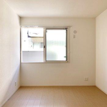 6,2帖の洋室は個室感がありました◎ダブルベッドも置けるので寝室に!
