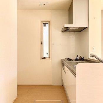 小窓付きのキッチン。左奥に冷蔵庫スペースがありました。