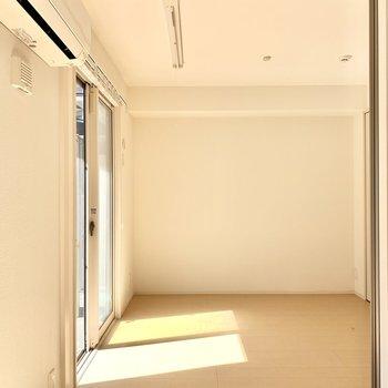 洋室は4.3帖。すりガラスの引き戸で仕切れます◎