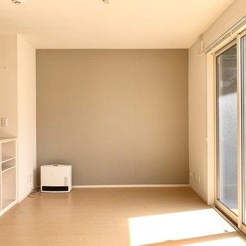 シンプルなアクセントクロスが、お部屋を落ち着いた雰囲気に◎