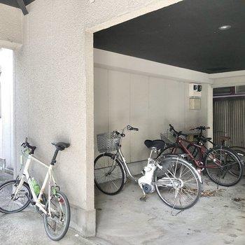 屋内に駐輪場も。