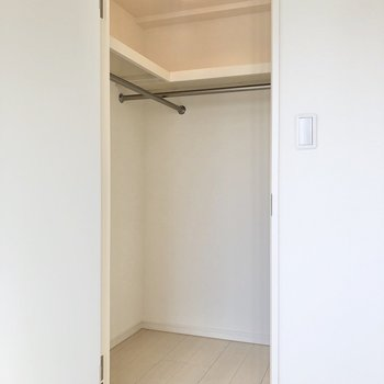 【書斎】その先には、奥行きのあるウォークインクローゼット。※写真は3階の同間取り別部屋のものです