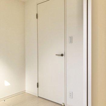 【書斎】右側にはさらに扉が。※写真は3階の同間取り別部屋のものです