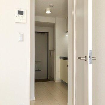 廊下はかくっと曲がったつくり。※写真は3階の同間取り別部屋のものです