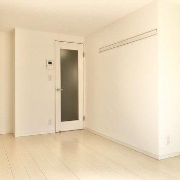 ドア横にはピクチャーレール……?※写真は3階の同間取り別部屋のものです