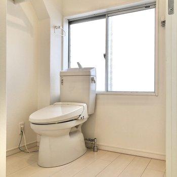 奥にはトイレと洗濯機置き場が並びます。換気も楽々ですね。※写真は3階の同間取り別部屋のものです
