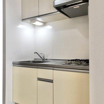 上下に収納付きのキッチンです。※写真は3階の同間取り別部屋のものです