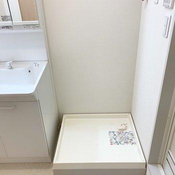 まずはユーティリティ。入って正面に洗濯機置場。(※写真は2階の同間取り別部屋のものです)